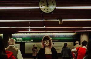 Horoskopski znaci na autobuskoj stanici dok im prevoz kasni: Devica briše kofer vlažnom maramicom, Riba pije u obližnjem bircuzu, Rak se umotao u ćebe